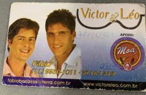 cartão de visitas dos cantores Victor e Léo